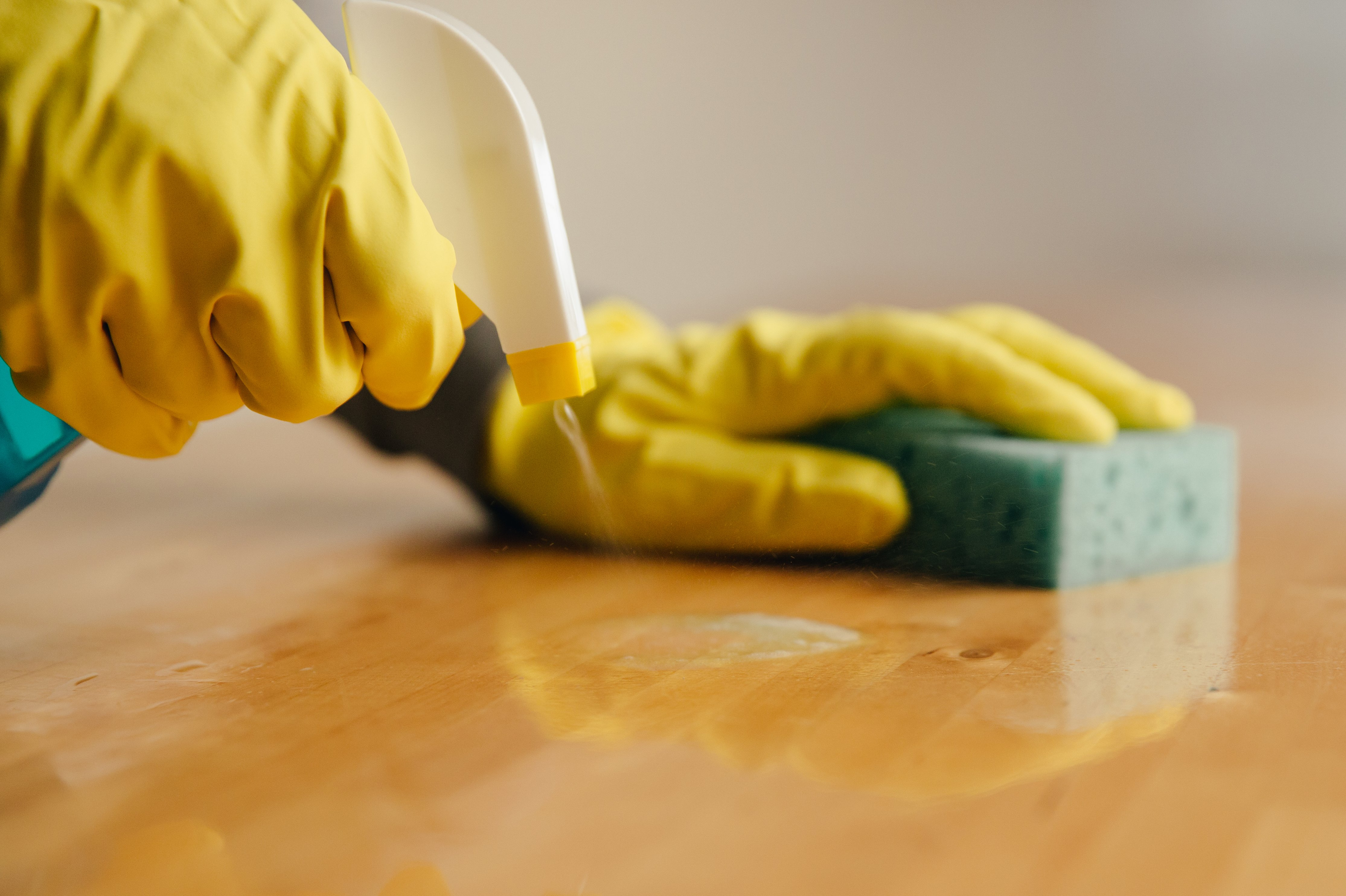 spaying-cleaner-on-wood